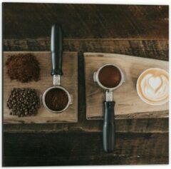 Beige KuijsFotoprint Dibond - Gemalen Koffiebonen en Koffie op een Plankje - 50x50cm Foto op Aluminium (Met Ophangsysteem)