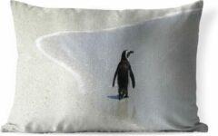 Blauwe PillowMonkey Sierkussen Zwartvoetpinguïn voor buiten - Een Zwartvoetpinguïn loopt over het strand - 50x30 cm - rechthoekig weerbestendig tuinkussen / tuinmeubelkussen van polyester