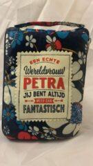 Blauwe History&heraldy Shopper bag dames met leuke tekst EEN ECHTE WERELDVROUW PETRA JIJ BENT ALTIJD MEER DAN FANTASTISCH winkeltasje Wordt geleverd in cellofaan met linten
