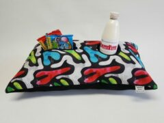 Blauwe KnusseKusse ® Woonaccessoire | knus kussen | uniek | handgemaakt | insteekvakken en pockets | voor mobiel, afstandbediening, flesje, tijdschrift, bril, zakdoekjes | voor de thuiswerker/-zitter