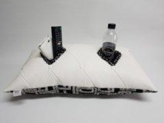 Witte KnusseKusse ® Woonaccessoire | knus kussen | uniek | handgemaakt | insteekvakken en pockets | voor mobiel, afstandbediening, flesje, tijdschrift, bril, zakdoekjes | voor de thuiswerker/-zitter