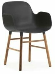 Zwarte Normann Copenhagen Form Armchair stoel met walnoten onderstel zwart