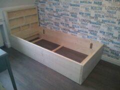 KSM-Steigerhout Bed masha met kastje bij hoofdeind van nieuw steigerhout matrasmaat Eenpersoons - 90x200cm - Gemonteerd geleverd - Gratis bezorging