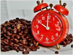 KuijsFotoprint Poster – Koffiebonen met Rode Wekker - 40x30cm Foto op Posterpapier