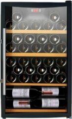 Caviss S 150 GBE4 Energiezuinige wijnkoelkast voor vrijstaand gebruik. Volledig zwart toestel met gebogen glasdeur. Maximaal 52 flessen inhoud. Energielabel A.