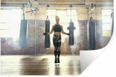 StickerSnake Muursticker Boksen - Een vrouwelijke bokser is aan het touwtjespringen in de gym - 90x60 cm - zelfklevend plakfolie - herpositioneerbare muur sticker