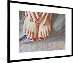 PosterMonkey Foto in lijst - Voeten en handen met rode nagellak fotolijst 80x60 cm - Poster in lijst (Wanddecoratie woonkamer / slaapkamer)