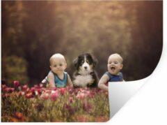 StickerSnake Muursticker Baby's met dieren - Twee baby's zitten naast puppy in een tulpenveld - 40x30 cm - zelfklevend plakfolie - herpositioneerbare muur sticker