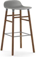 Grijze Normann Copenhagen Form Barstool barkruk 75cm met walnoten onderstel