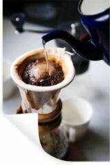 StickerSnake Muursticker Koffie - Filterkoffie wordt gezet op een ouderwetse wijze - 60x90 cm - zelfklevend plakfolie - herpositioneerbare muur sticker