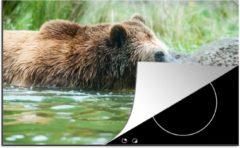 Bruine KitchenYeah Luxe inductie beschermer Zwemmende Beer - 78x52 cm - Grizzly beer in het water terwijl hij rustig om zich heen kijkt - afdekplaat voor kookplaat - 3mm dik inductie bescherming - inductiebeschermer