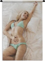 1001Tapestries Wandkleed Bikini Babes - Vrouw die in een gekleurde bikini op bed ligt Wandkleed katoen 60x90 cm - Wandtapijt met foto