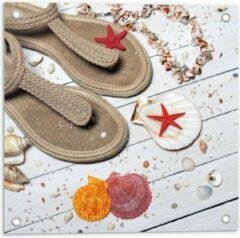 Rode KuijsFotoprint Tuinposter – Strandslippers op Witte Vlonder met Schelpjes - 50x50cm Foto op Tuinposter (wanddecoratie voor buiten en binnen)