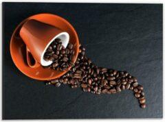 Oranje KuijsFotoprint Dibond - Koffiekop met omgevallen Koffiebonen - 40x30cm Foto op Aluminium (Met Ophangsysteem)