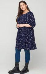Zizzi jurk VAMONE met all over print en volant donkerblauw/wit