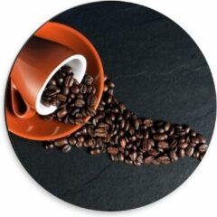 Oranje KuijsFotoprint Dibond Wandcirkel - Koffiekop met omgevallen Koffiebonen - 30x30cm Foto op Aluminium Wandcirkel (met ophangsysteem)