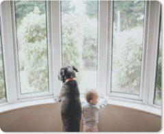 Bruine MousePadParadise Muismat Honden & Baby - Hond en baby kijkend uit een raam muismat rubber - 23x19 cm - Muismat met foto