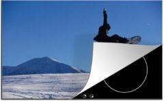 KitchenYeah Luxe inductie beschermer Snowboarden - 78x52 cm - Snowboarder raakt zijn board aan met zijn hand in de lucht - afdekplaat voor kookplaat - 3mm dik inductie bescherming - inductiebeschermer