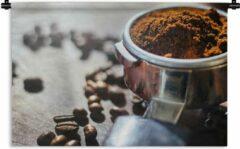 1001Tapestries Wandkleed Koffieboon - Vers gemalen koffiebonen in ochtendlicht Wandkleed katoen 150x100 cm - Wandtapijt met foto