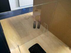 Transparante Topdrukte Luxe stevig staand plexiglas scherm 80 x 60 cm - dikte 8 mm!