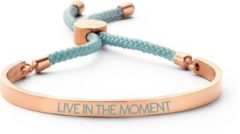 Key Moments 8KM BC0037 Stalen Open Bangle met Tekst en Rope live in the moment Grootte 58x45 mm Rosékleurig / Aquablauw