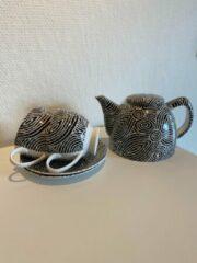 Witte Alperstein Designs - theeset - porselein -Pauline Napangardi Gallagher - Aboriginal collectie - geschenkverpakking