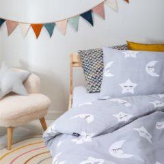 Witte Fresh&Co  Kids Fresh&Co Kids - Junior Kinderdekbedovertrek Moon & Stars - Grijs 120x150 cm - Katoen - Kinderdekbedovertrek met 1 Kussensloop