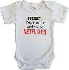 """Merkloos / Sans marque Witte romper met """"Sssssst... Papa en ik zitten te netflixen"""" - maat 68 - vaderdag, cadeautje, kraamcadeau, grappig, geschenk, baby, tekst"""