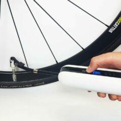 Cycplus Elektrische fietspomp wit. Ook voor auto-/motorbanden en ballen.