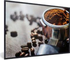 MuchoWow Foto in lijst - Vers gemalen koffiebonen in ochtendlicht fotolijst zwart 60x40 cm - Poster in lijst (Wanddecoratie woonkamer / slaapkamer)