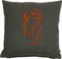 Limelight Kussen Bear 50x50cm, Sierkussen van stevige canvas in donkergrijs met een geflockprinte beer in Adobe.