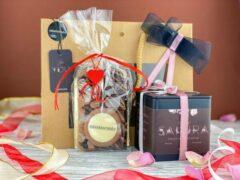 Moments Moederdag cadeautje - Small Giftbox - 1 blik losse thee - a 75 gram - Kersen & Rozen smaak - Vruchten thee - 2 repen chocola a 75 gram - Puur Karamel & Zeezout - Melkchocolade & Cranberry