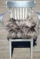 Paarse Donja IJslands Schapenvacht stoelkussen grijs met donkere wol puntjes