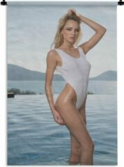 1001Tapestries Wandkleed Bikini Babes - Een vrouw in een wit zwempak Wandkleed katoen 60x90 cm - Wandtapijt met foto