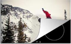 KitchenYeah Luxe inductie beschermer Snowboarden - 78x52 cm - Een snowboarder met rode kleding maakt een grote jump - afdekplaat voor kookplaat - 3mm dik inductie bescherming - inductiebeschermer