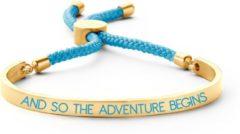 Key Moments 8KM BC0031 Stalen Open Bangle met Tekst en Rope and so the adventure begins Grootte 58x45 mm Goudkleurig / Aquablauw