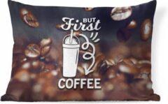 PillowMonkey Sierkussen Koffie Quotes 2 voor binnen - Koffie quote 'But first koffie' op een achtergrond met koffiebonen - 60x40 cm - rechthoekig binnenkussen van katoen