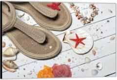Rode KuijsFotoprint Dibond –Strandslippers op Witte Vlonder met Schelpjes– 60x40 Foto op Aluminium (Wanddecoratie van metaal)