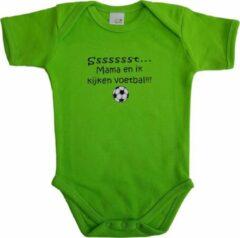 """Link Kidswear Groene romper met """"Sssssst... Mama en ik kijken voetbal"""" - maat 62/68 - moederdag, zwanger, cadeautje, kraamcadeau, grappig, geschenk, baby, tekst, bodieke"""
