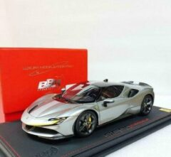 Grijze Ferrari SF90 Stradale Race Version Metallic Iron Grey 1-18 Inkl Vitrine BBR Models Limited 229 Pieces
