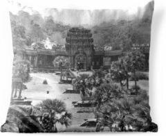 PillowMonkey Sierkussen Angkor Watvoor buiten - Binnenplaats van Angkor Wat in zwart-wit - 60x60 cm - vierkant weerbestendig tuinkussen / tuinmeubelkussen van polyester