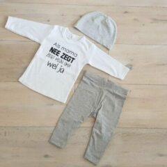 Merkloos / Sans marque Baby cadeau geboorte unisex jongen of Meisje Setje 3-delig newborn | maat 62| grijs mutsje en broekje en shirt lange mouw wit met zwarte tekst als het van mama niet mag zegt mijn oma wel ja | pakje | Kraamcadeau | Gift Set