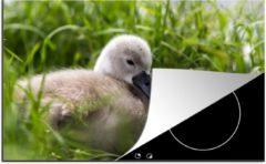KitchenYeah Luxe inductie beschermer Baby zwaan - 78x52 cm - Baby zwaan tussen het hoge gras - afdekplaat voor kookplaat - 3mm dik inductie bescherming - inductiebeschermer