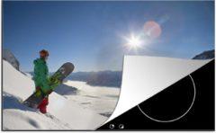 KitchenYeah Luxe inductie beschermer Snowboarden - 78x52 cm - Een snowboard kijkt met zijn board uit op de besneeuwde bergtoppen - afdekplaat voor kookplaat - 3mm dik inductie bescherming - inductiebeschermer
