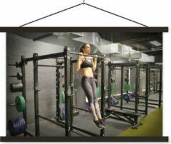 TextilePosters Een blanke vrouw doet pull ups in een fitness gym schoolplaat platte latten zwart 90x60 cm - Foto print op textielposter (wanddecoratie woonkamer/slaapkamer)