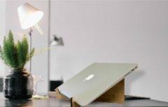 Bruine Woodlaser Laptop Standaard - Macbook - Chromebook - Laptoptafel - Laptopstandaard - Laptophouder - Laptop verhoger - Hout - Bamboe - Accessoires Kantoor - Thuiswerken