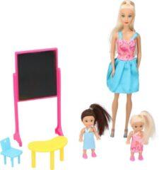 Blauwe Eddy Toys Set Poppen - Thema School - 1 Grote Pop, 2 kleine Poppen - met Schoolbord, Tafel en Stoeltje - 29cm