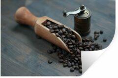 StickerSnake Muursticker Koffieboon - Koffiebonen op een donkere houten achtergrond met koffiemolen - 90x60 cm - zelfklevend plakfolie - herpositioneerbare muur sticker