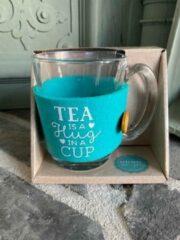 Blauwe Creaties van hier Theeglas / met tekst Tea is a hug in a cup / cadeau / verjaardag / kerstmis / vaderdag / moederdag / vriendschap