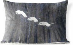 PillowMonkey Sierkussen Winterse Dieren voor buiten - Vliegende Chinese kraanvogels - 60x40 cm - rechthoekig weerbestendig tuinkussen / tuinmeubelkussen van polyester